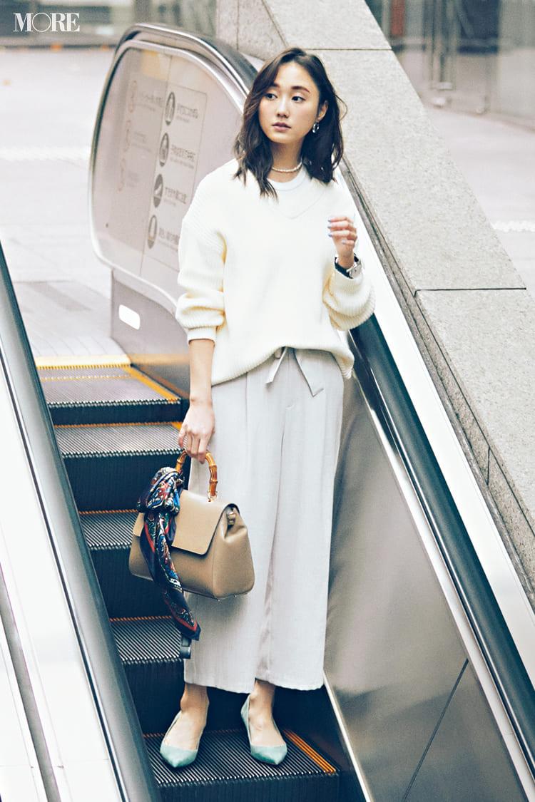 白ニットコーデ【2020冬〜春】- 着膨れしない細見えテクニックなど、白い服の最旬レディースコーディネートまとめ_31