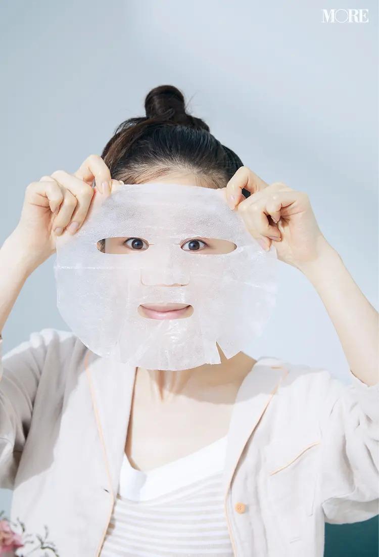 2.シートマスクをつける田中みな実