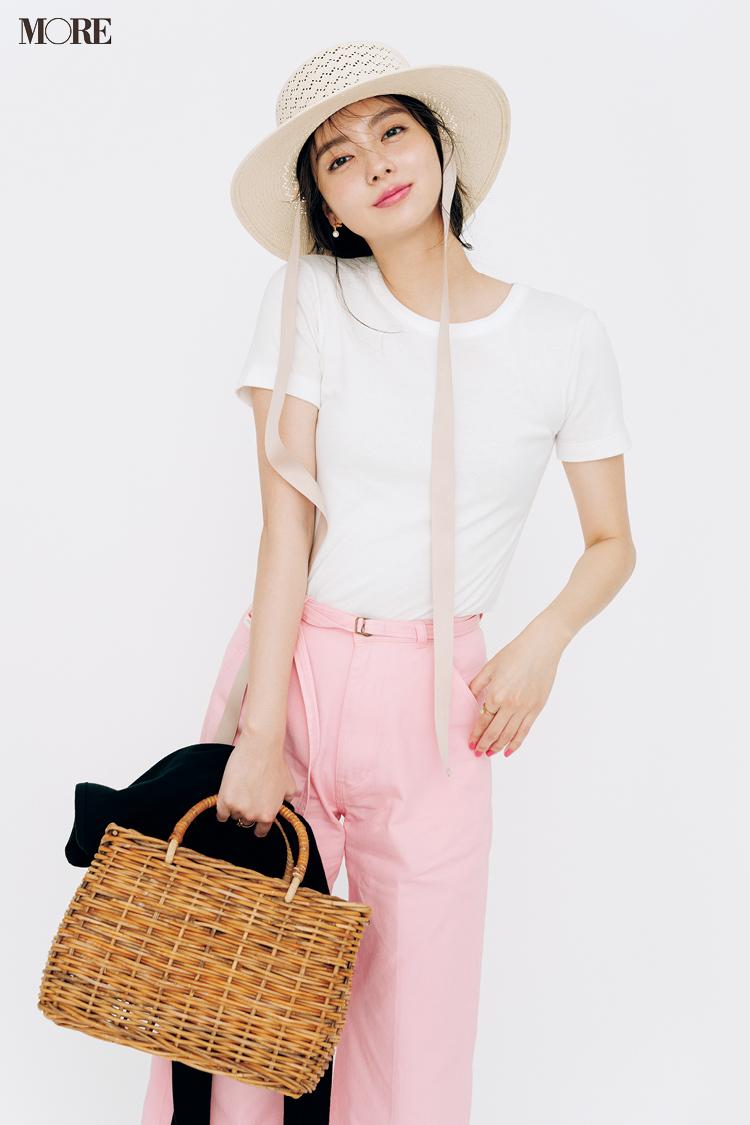 【今日のコーデ】白Tシャツにピンクのパンツを合わせた新川優愛