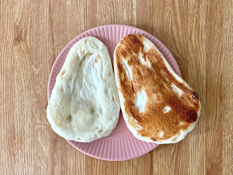 おすすめコンビニご飯【セブン₋イレブン】の「ミニナン」を袋から取り出し、お皿に並べた様子