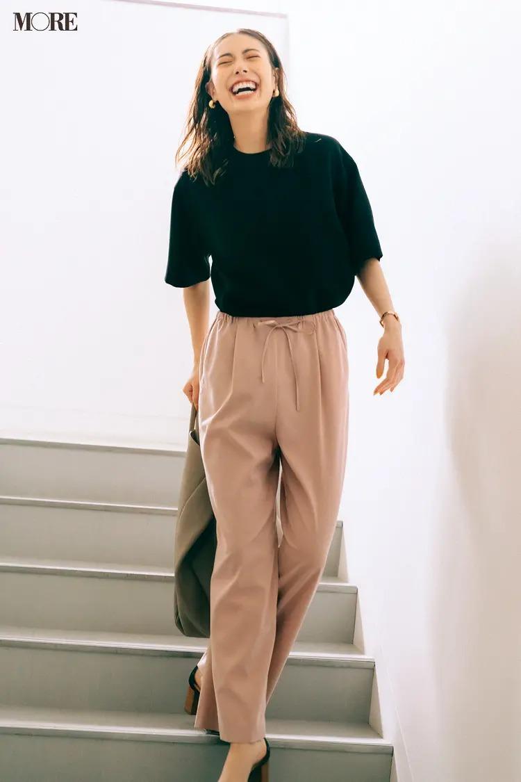 【2021夏オフィスカジュアル】ベージュのパンツ×黒Tシャツのコーデ
