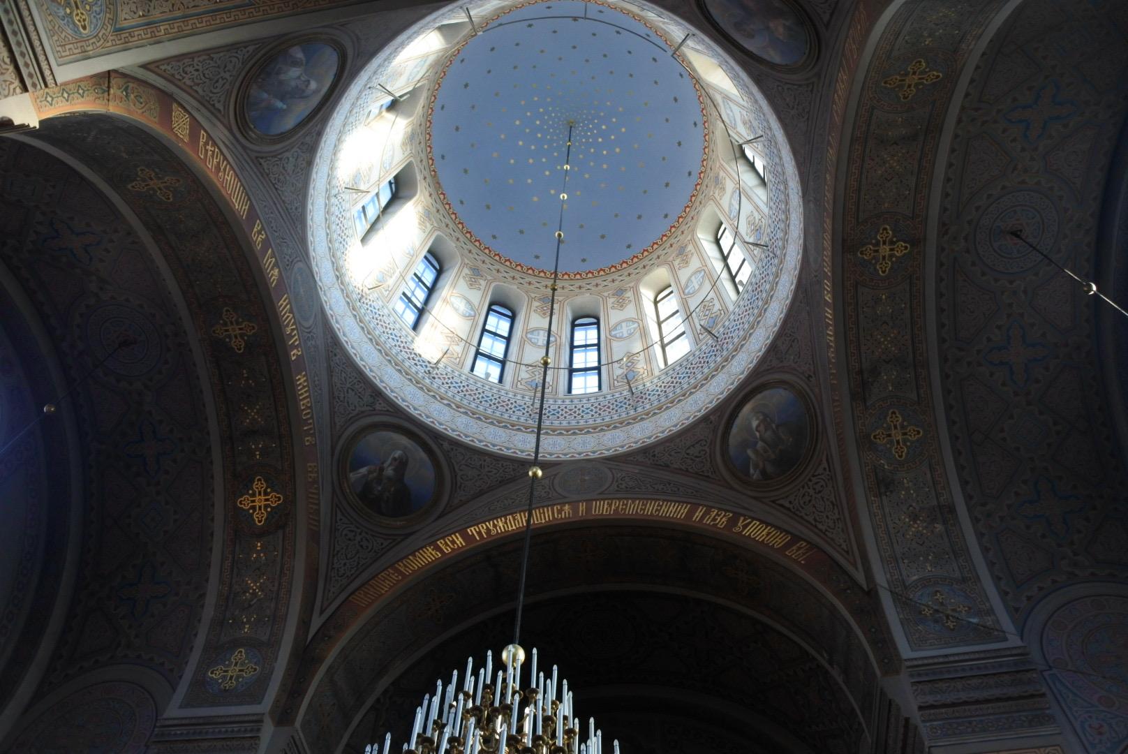 ウスペンスキー大聖堂の内装と天井の写真