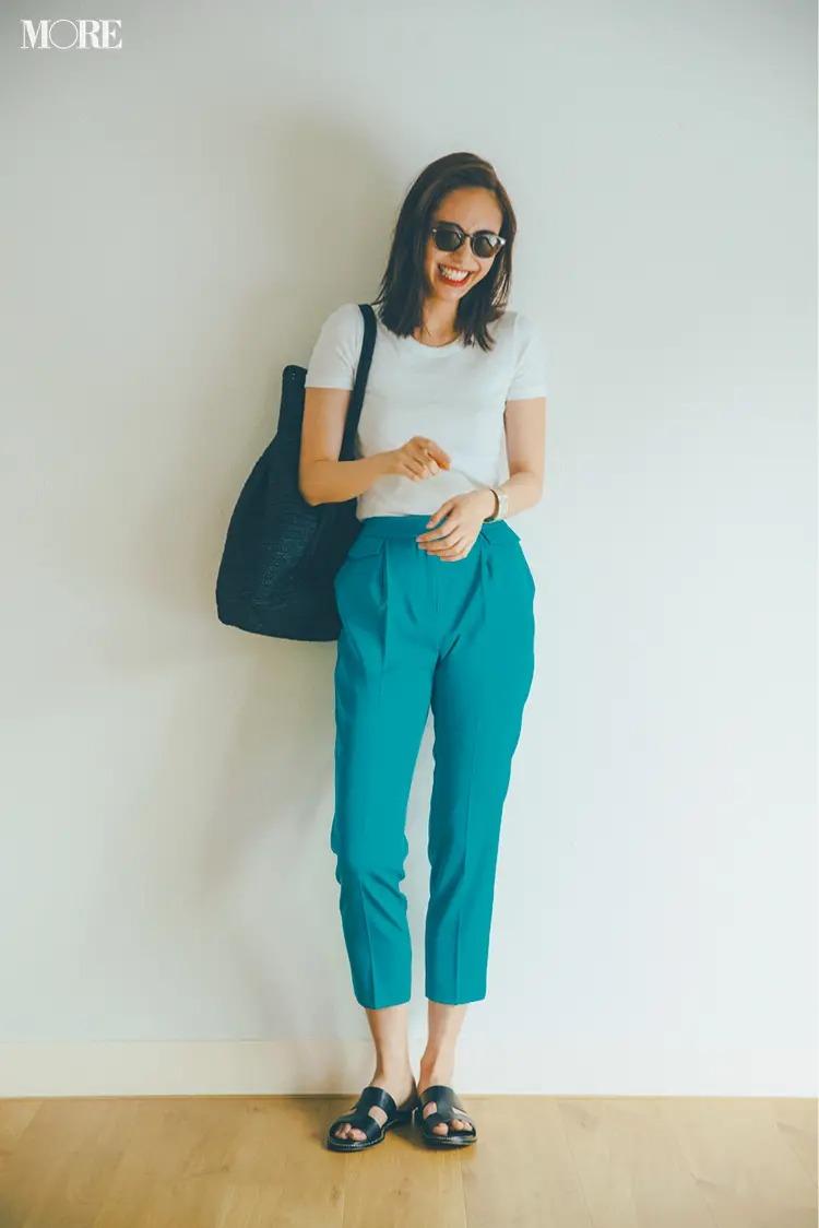 【白Tシャツコーデ】体にフィットするコンパクトな白Tはきれい色のパンツでヘルシーな色気を