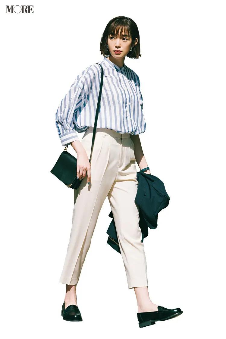 【夏の白パンツコーデ】ストライプシャツにクロップトパンツで爽やかな通勤コーデ