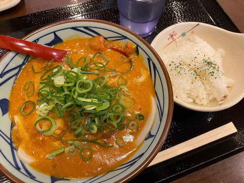 【丸亀製麺】TOKIO・松岡昌宏さんと共同開発した「トマたまカレーうどん」