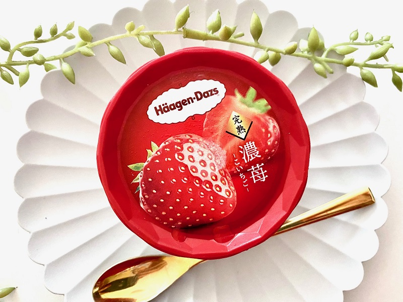 『ハーゲンダッツ』新作ミニカップ「濃苺」のフタをアップで撮影した写真