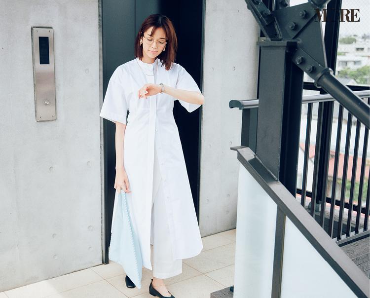 白のシャツワンピース×白パンツコーデでメガネをかけた佐藤栞里