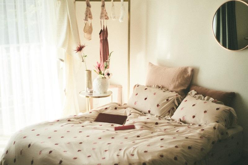 『ジェラート ピケ』の寝具ライン「gelato pique sleep」。リネン類のおすすめ「ストロベリー柄3点SET シングル」