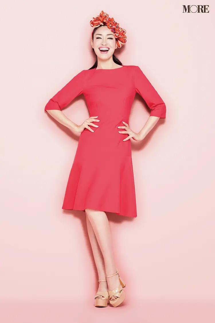 ピンクのワンピース姿で笑顔のアンミカ