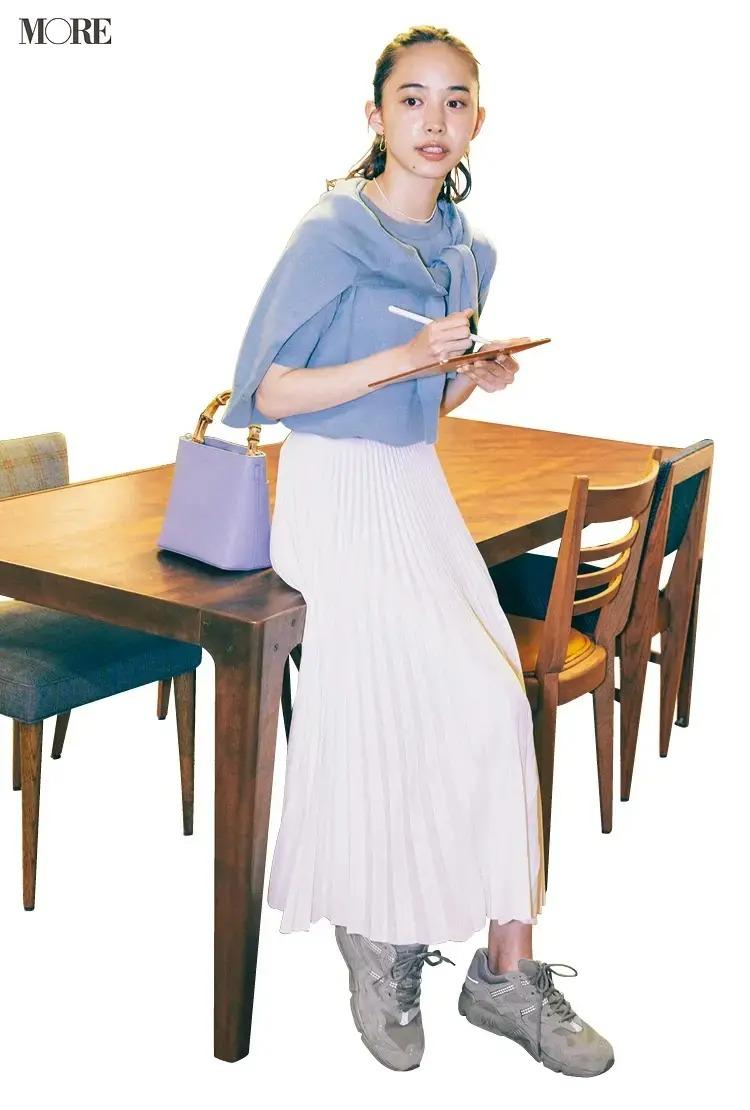【春のスニーカーコーデ】ブルーのアンサンブル×白プリーツスカート×グレーのスニーカー
