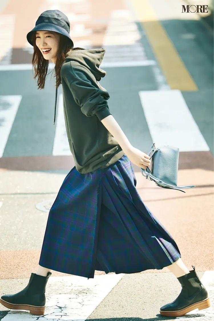【パーカーコーデ】1. チェック柄スカート+フーディでハッピーな休日スタイルに♪