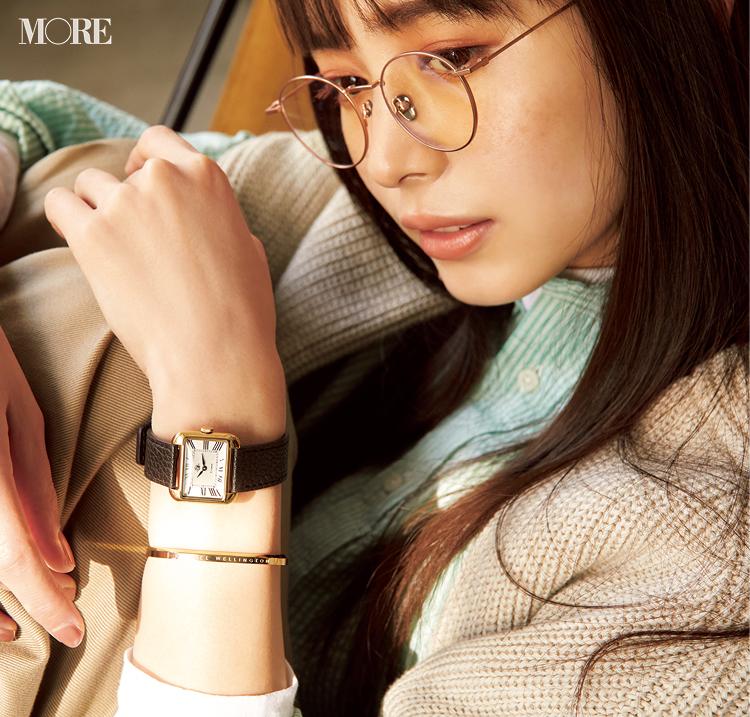 メガネ姿の井桁弘恵がロゼモンのレザーベルトの時計を着用