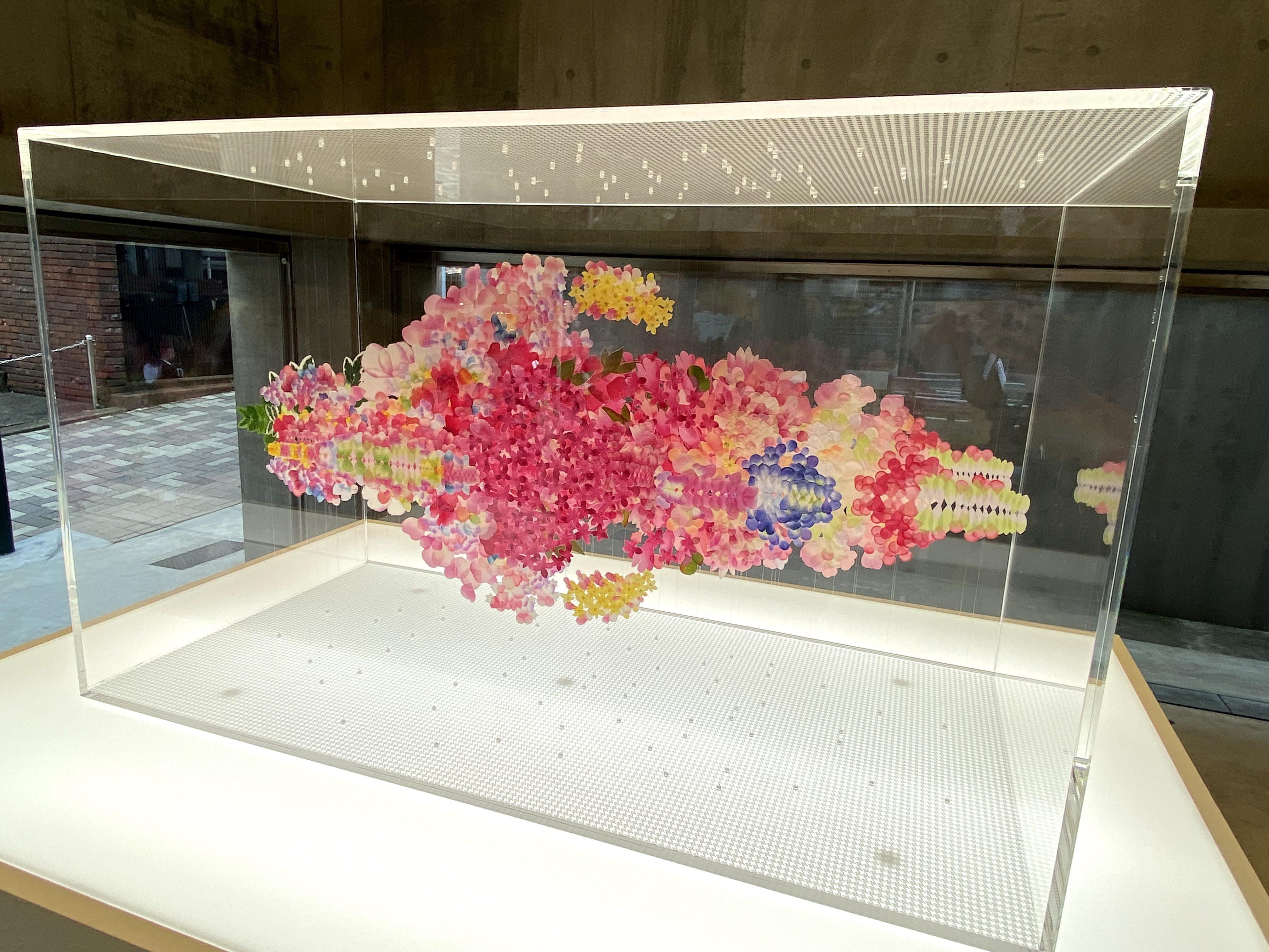 荒神明香さん  Reflectwo for Miss Dior(2021年、造花の花びら、テグス、アクリル板)