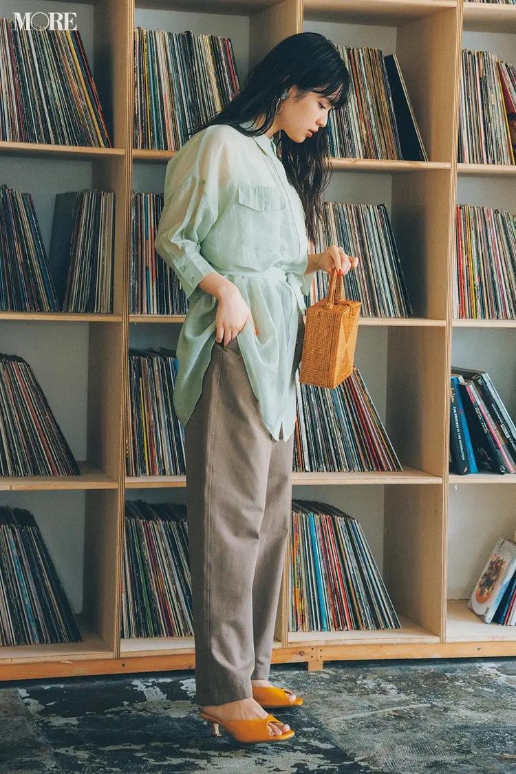 ミントグリーンのシアーシャツ×ジャージーアンクルパンツコーデの松本愛