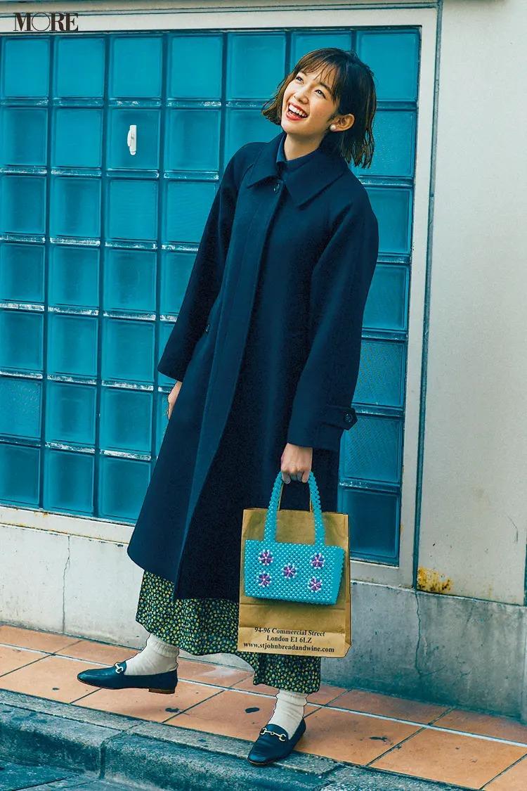 【2020秋冬のローファーコーデ】ネイビートーンの着こなしにカラフルなミニバッグで遊び心をON!