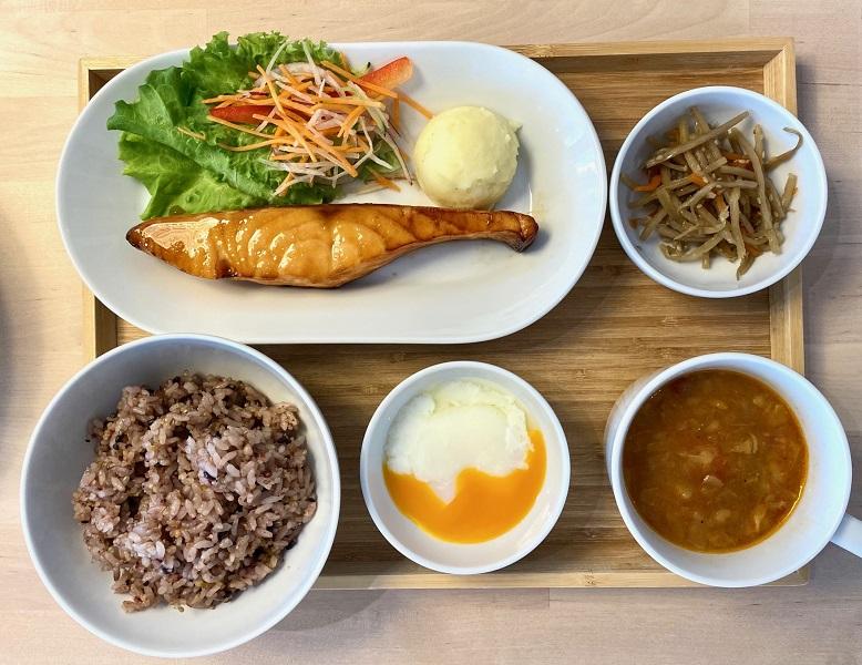 「IKEA 渋谷 スウェーデンレストラン」限定メニュー・フィレサーモン定食