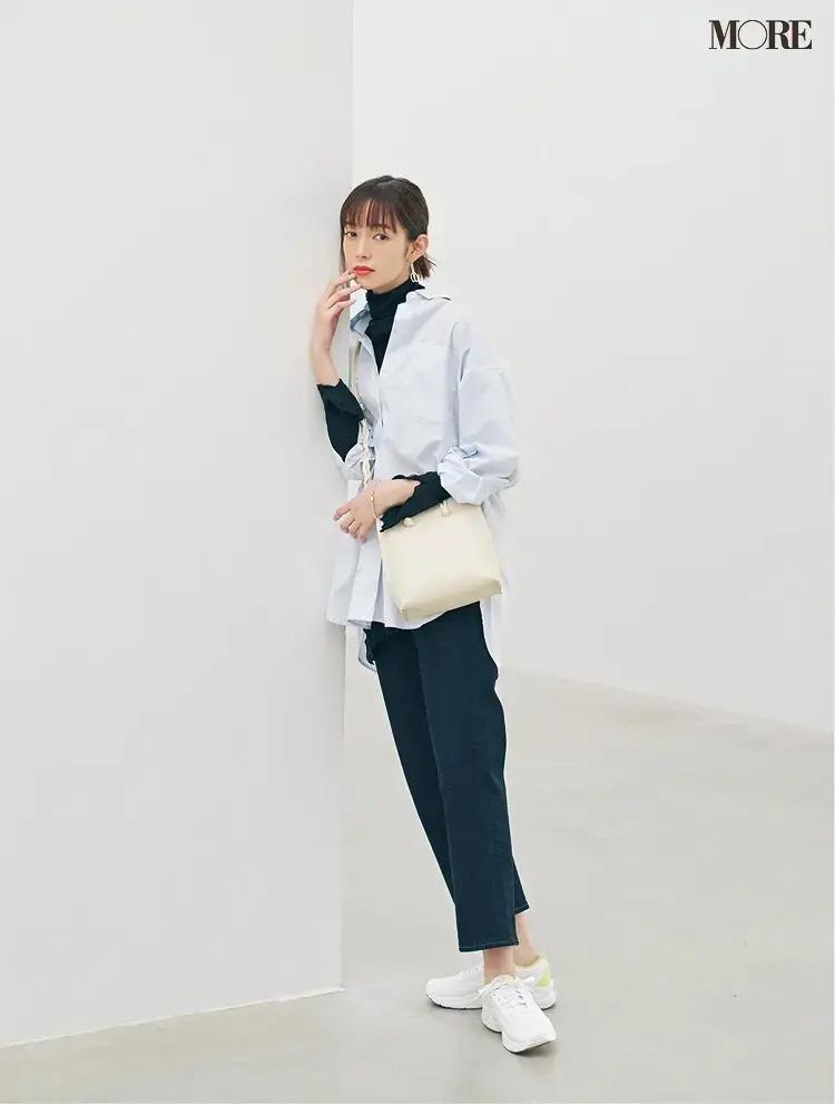 【春のスニーカーコーデ】ビッグサイズシャツ×ネイビーのクロップトデニム×白スニーカー