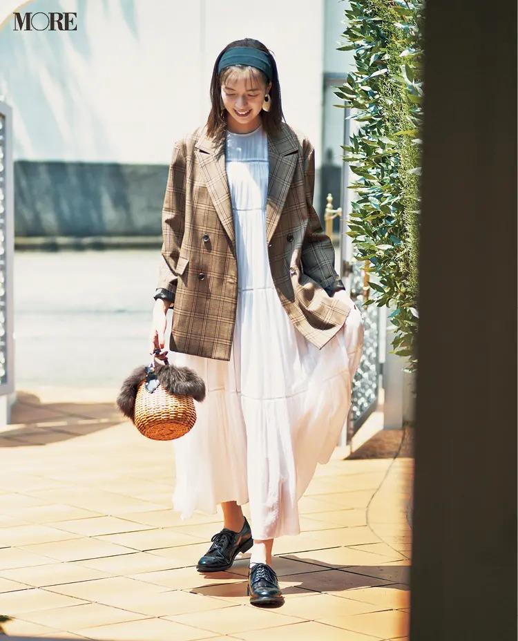 【ジャケットコーデ】白ワンピース×ベージュジャケット