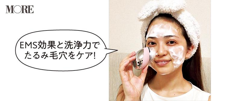 ヤーマンミーゼクレンズリフトを顔に当てる佐藤佑香さん「EMS効果と洗浄力でたるみ毛穴をケア」