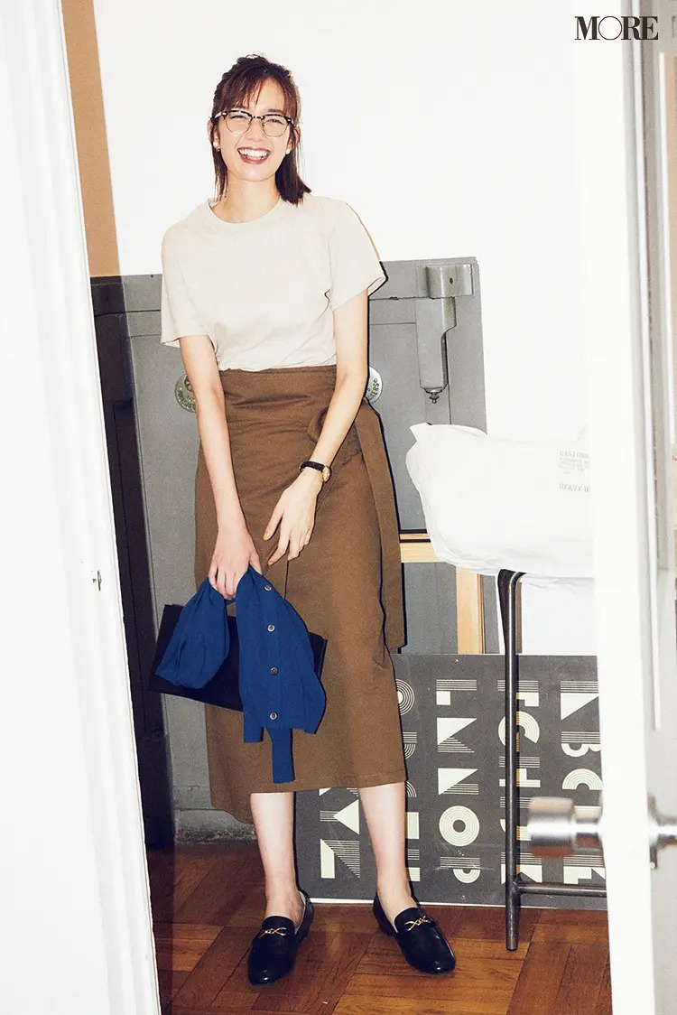 【夏のぺたんこ靴コーデ】Iラインスカートやトラッドな黒小物で引き締めてオンモードに!