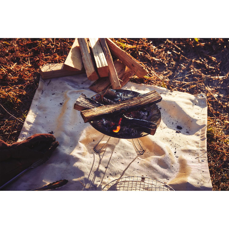『コールマン』スタッフがおすすめする、秋のキャンプグッズ「ファイアーディスクソロ」を使っている様子