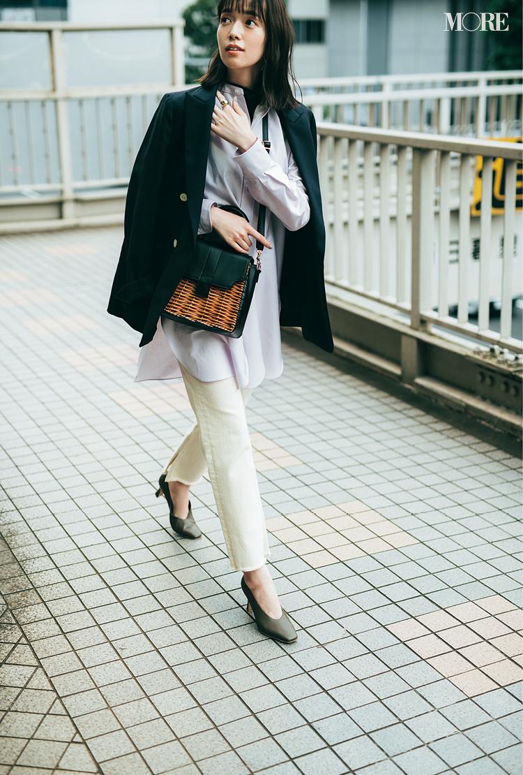バンドカラーシャツ×ホワイトデニムにジャケットを肩掛けした佐藤栞里