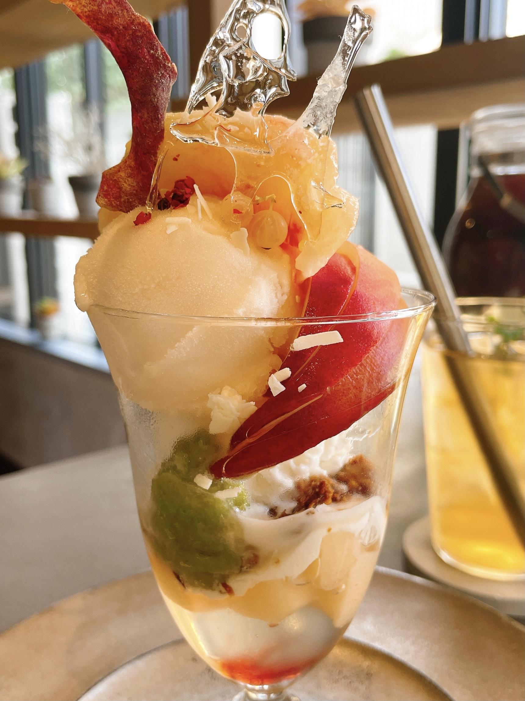 果実店canvasの「山梨大藤と福島サンピーチの3種の桃のパフェ」