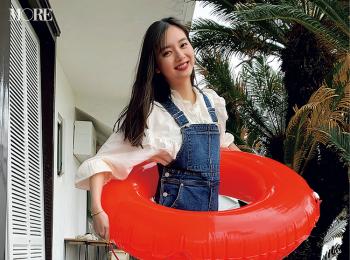 新川優愛、MORE初のオフショットは浮き輪で(笑)【モデルのオフショット】