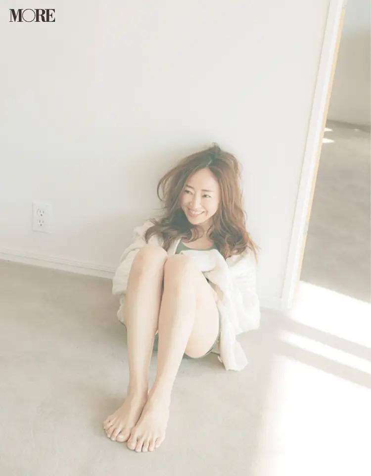 座りながら笑顔の神崎恵