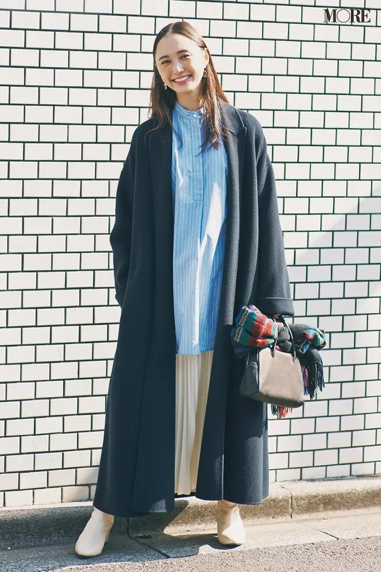 【ショートブーツコーデ】ロングコートのインにストライプ&プリーツの縦ラインでスッキリ美人