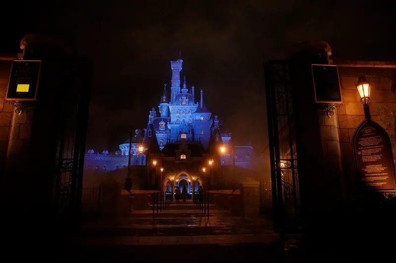 夜にライトアップされた美女と野獣の城