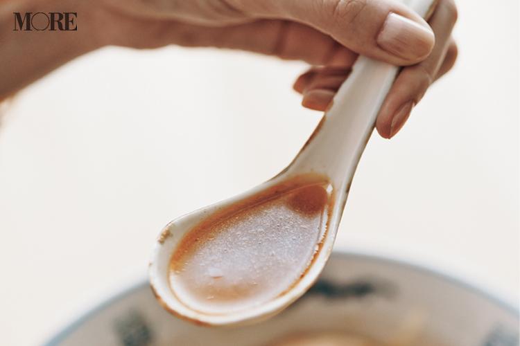 佐藤栞里が、長野県のおすすめお取り寄せグルメ「ハルピンラーメン」のスープをレンゲですくっている様子