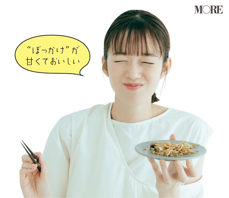佐藤栞里が兵庫県のおすすめお取り寄せグルメ「お好み焼きこころ」のぼっかけそばめしを食べている様子