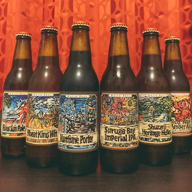 ビール瓶が並んでいる