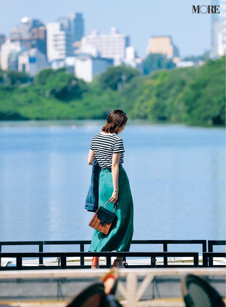 ボーダーTシャツ×グリーンのスカートコーデの飯豊まりえ