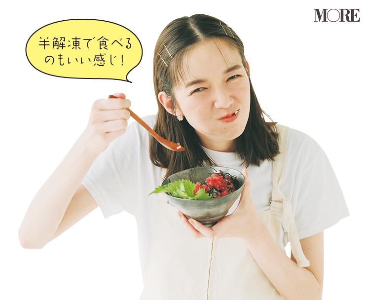 佐藤栞里が静岡県のおすすめお取り寄せグルメ「マルイリフードサプライ」のインド鮪同好会 まぐろフレークを食べている様子