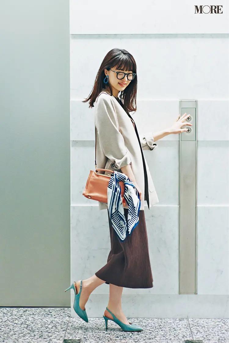 【春夏おしゃれなメガネコーデ】1. 同系色コーデに黒縁メガネを合わせて