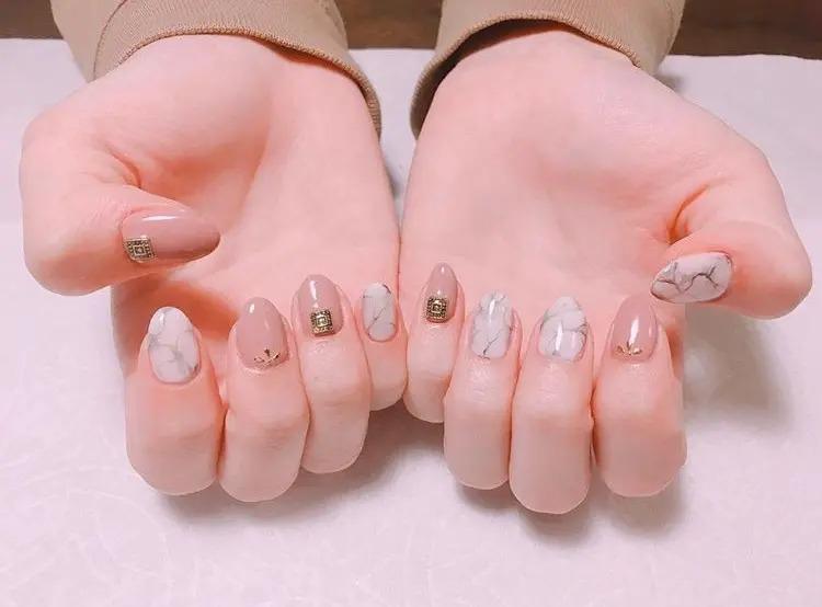 白×グレーの大理石ネイル