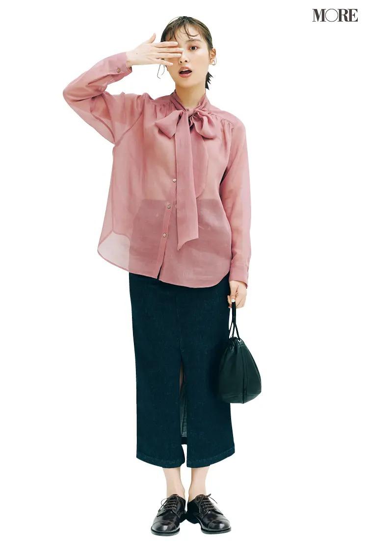 ピンクのボウタイブラウスとタイトスカートのコーデ