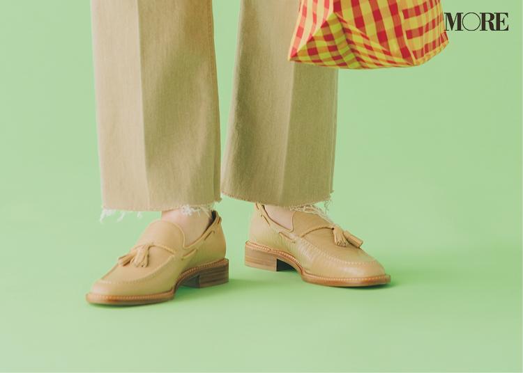 タッセルローファーを履いた足もと