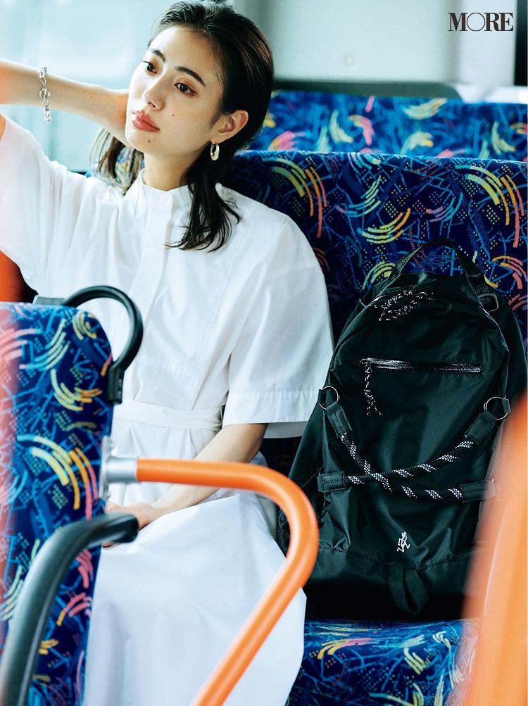 グラミチのリュックを持つ通勤中の女性