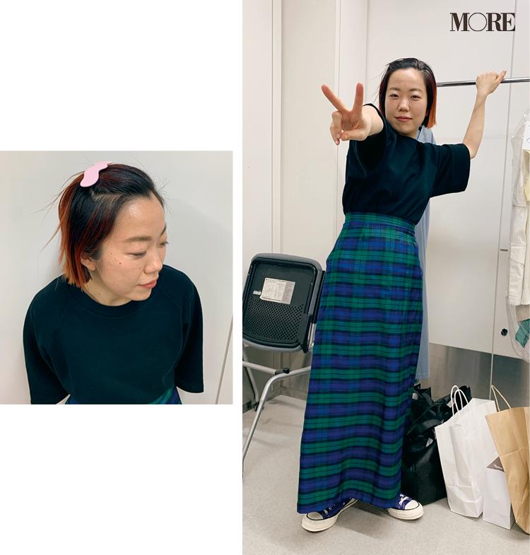 チェックのスカートにコンバースをはいたスタイリスト高野麻子さん