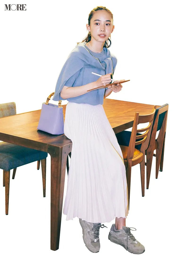 ブルーのアンサンブル×白プリーツスカート×グレーのスニーカーのきれいめコーデ