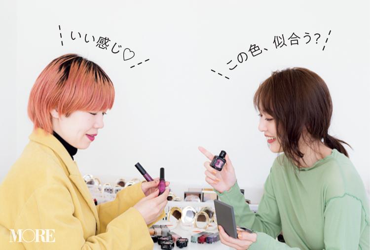 コスメを選ぶ内田理央と paku☆chan