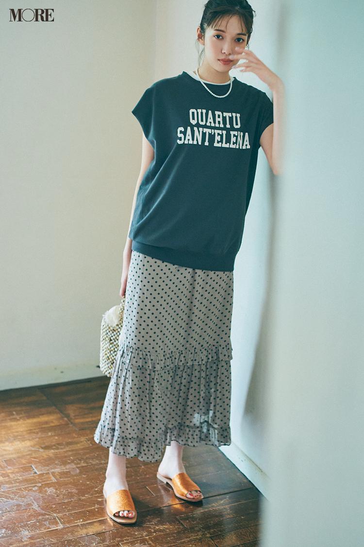 スウェット風トップス×ドット柄スカートにぺたんこミュールをはいた佐藤栞里