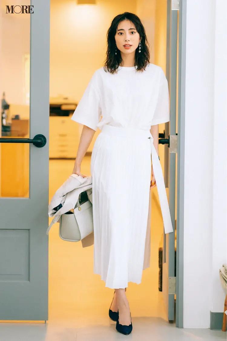 【2021夏オフィスカジュアル】白のプリーツスカート×白Tシャツ×パンプスのコーデ