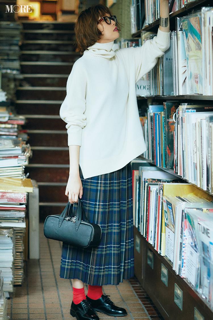 【今日のコーデ】<佐藤栞里>街リサーチの日はゆるい白タートルニットとチェック柄スカートでメリハリコーデに_1