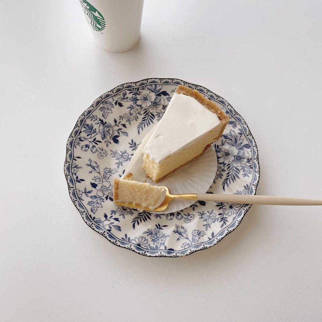 『15℃』のチーズケーキを自宅で楽しむ様子。おうちカフェ。