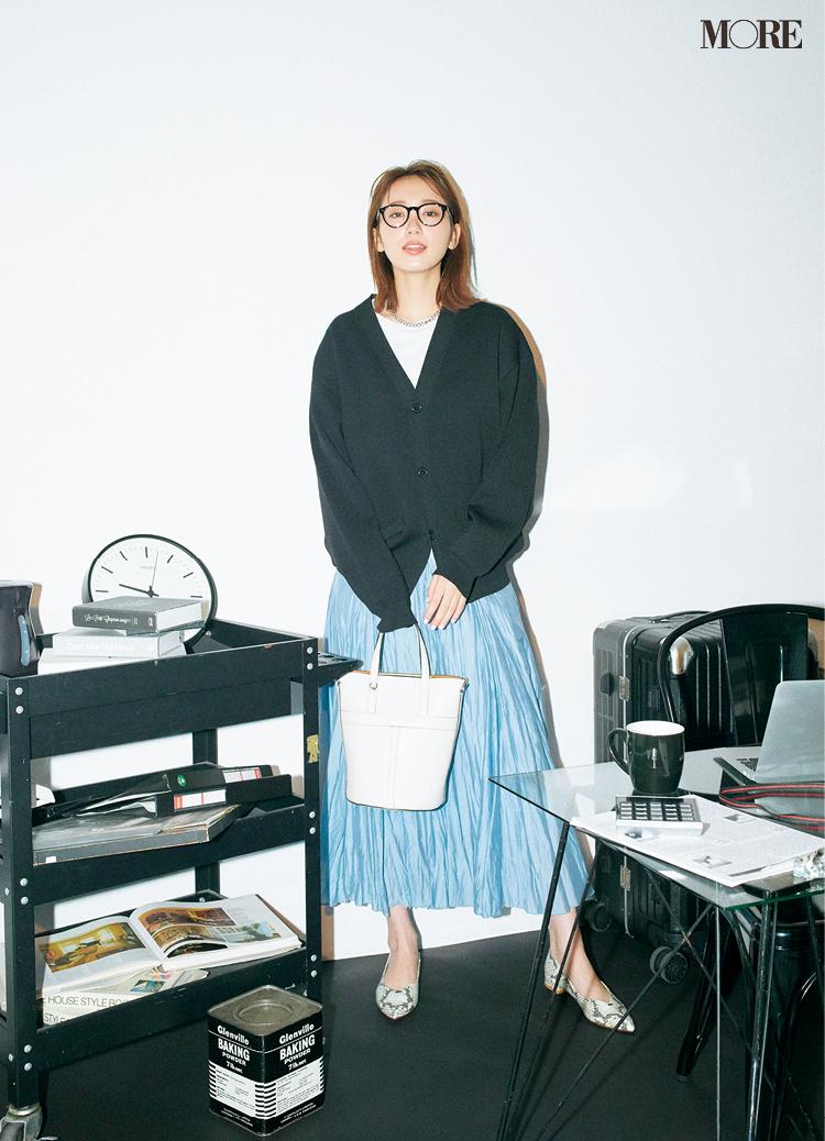 黒と白とペールブルーのスカートでフレンチシックなお仕事コーデ