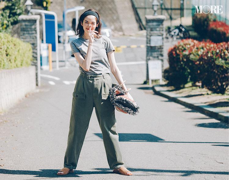 グレーのTシャツにカーキ色のパンツを履いた佐藤栞里